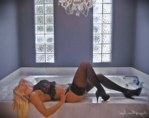 Carmelia live escort and tantra massage